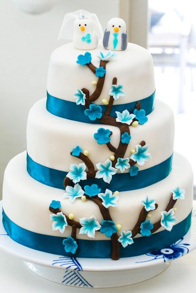 Hjemmelavet bryllupskage med blomster