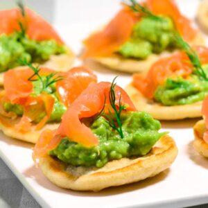Blinis med laks og avocado, opskrift fra Bageglad