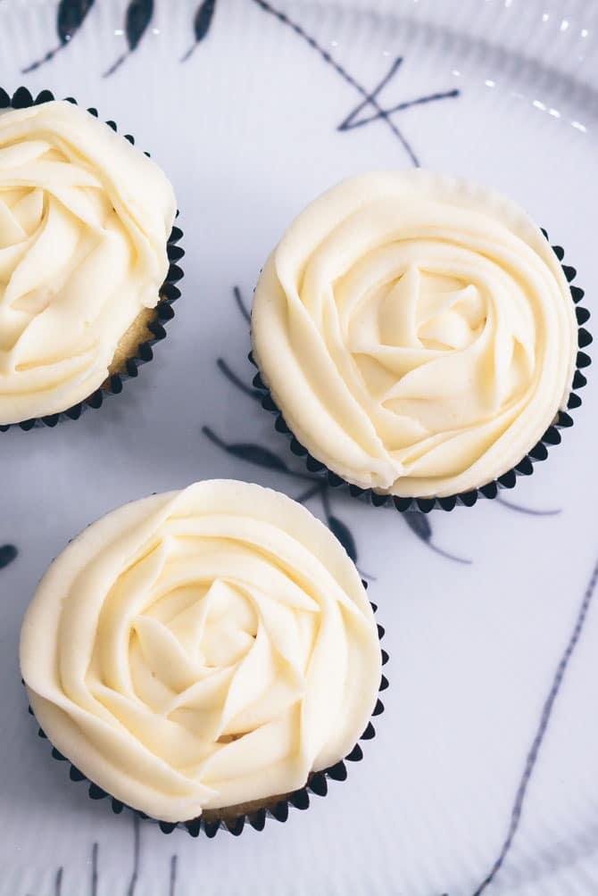 Citron cupcakes med vanille frosting fra Bageglad