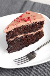 Et stykke chokoladelagkage fra Bageglad