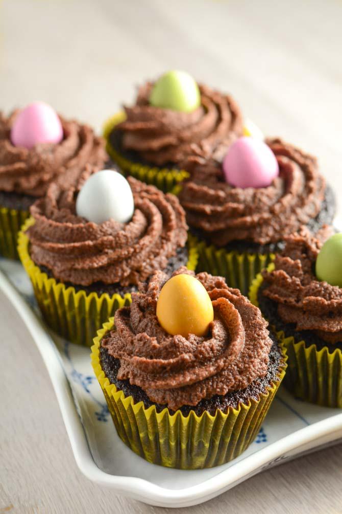 Chokolade cupcakes med påskeæg - opskrift fra Bageglad