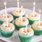 Fødselsdagscupcakes med glasur og krymmel