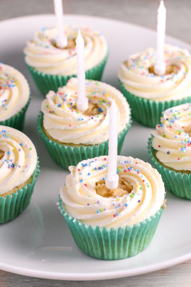 Fødselsdag cupcakes med krymmel og glasur