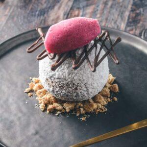 Nytårsdessert med chokolademousse og granatæble is