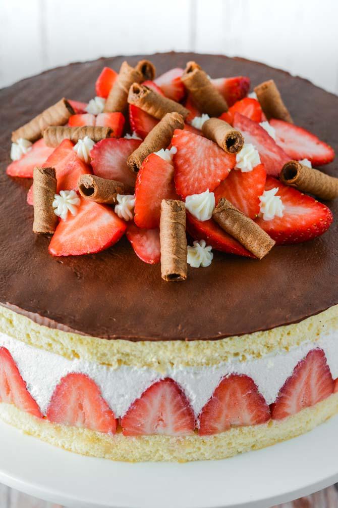 Jordbær lagkage med hyldeblomst