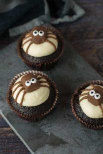 Edderkop cupcakes til Halloween fra Bageglad