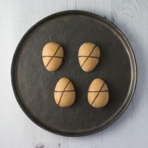 Karamel påskeæg med mandelfyld fra Bageglad