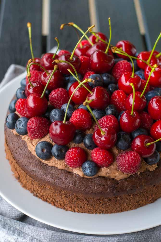 Chokoladekage med glasur og bær fra Bageglad