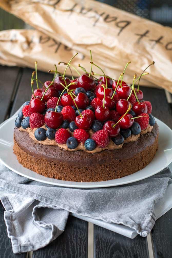 Chokoladekage med friske bær
