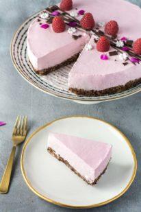 No-bake hindbærmousse-kage med chokolade fra Bageglad