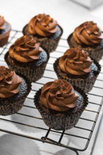 Kraftig mørk chokolade smørcreme opskrift fra Bageglad