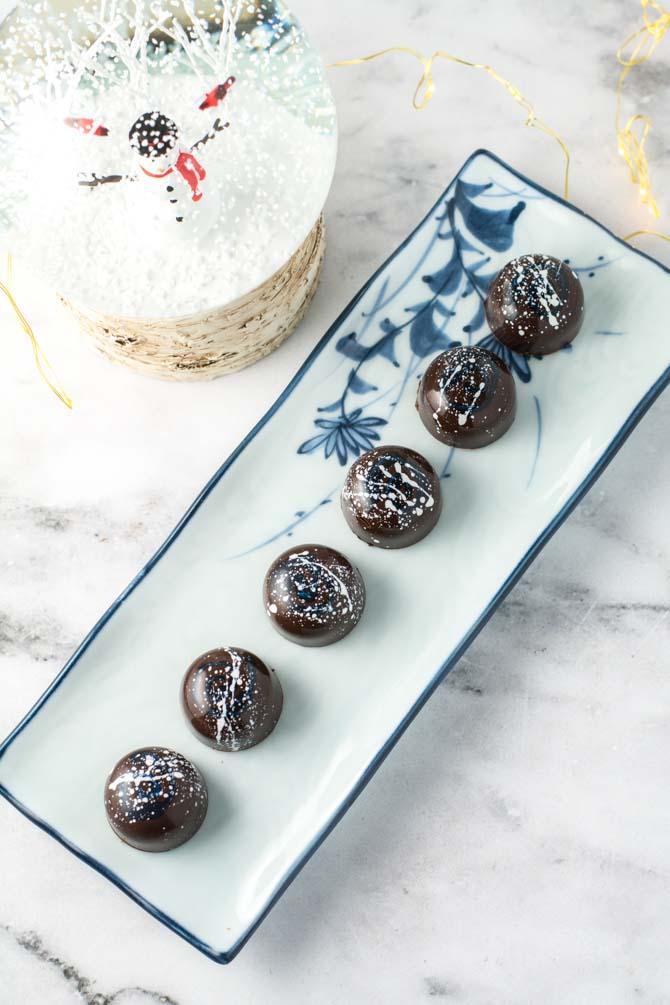 Fyldt mørk chokolade med marcipan