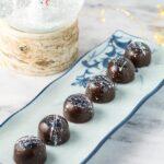 Fyldt chokolade med marcipan og hasselnødder