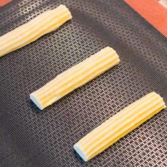 Bage eclairs på silikonemåtte