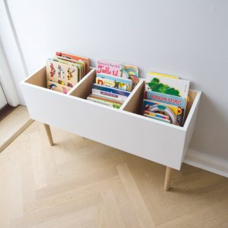 Bøger og spil i bogkasse børneværelse