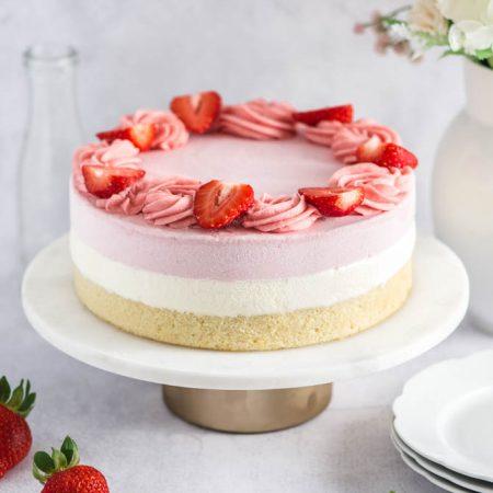 Islagkage med jordbær og hvid chokolade
