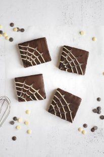 Halloween brownies med spindelvæv